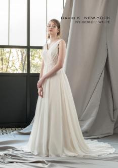 バックシャンなスレンダードレスは背中の浮き出るようなレース使いから流れるようにトレーンのレースを施し、フロントスタイルはシンプルながら美しいシルエットを実現。