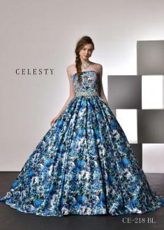 柄・色合いともにインパクトあるプリント生地を活かしたドレスは、身頃のグリッターパッカーやウエストの大柄ビジューがライトに映えわたり、より一層鮮やかに華やかに花嫁様を輝かせてくれるお洒落なプリントドレス。