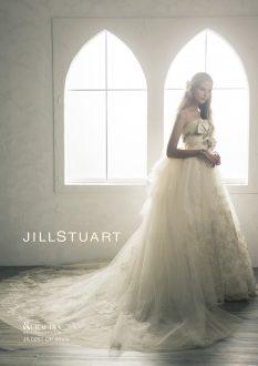 ☆洗練されたデザインが輝く花嫁を演出します 胸元の上質なタフタリボンにビジューモチーフが彩るJILLSTUARTの1着。トレーンにレースがちりばめられ上品さと洗練されたデザインが花嫁を輝かせてくれます。
