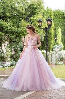 パステルチュールをカラーミックスし、レースアップリケと小花をあしらった上品でかわいいドレスは、トップにも小花が華やかな1着。