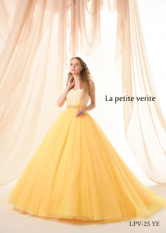美しいイエローカラーにオフホワイトのコードレースが映える新作プリンセスラインのドレス。 ウエストのビージングがドレス全体を引き締め、スカートのラメチュールが美しく輝きます。