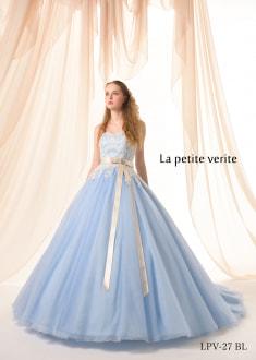 ブルーシルバーのドレスに、シルバーコードのレースをデザインしたドレス。 シャンパンカラーのベルトが、ドレス全体を引き締め、レースのビージングや ラメチュールの輝きが華やかな1着。