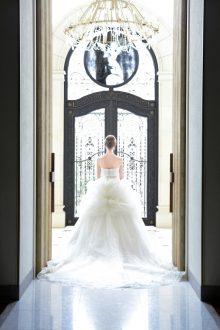 上質なグリッターチュールやレースをふんだんに使用しトップにビジューやベージュのサッシュで印象的に仕立てられた華やかなドレス。